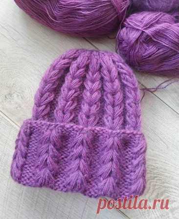 Стильная шапочка объемным узором «колосок»