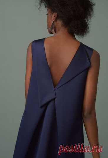 La ropa a la moda y el diseño del interior por las manos