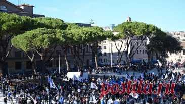 Уличные камеры в Италии не заметили толпы протестующих против COVID-паспортов Один из жителей Италии прямо в разгар акции зашёл на сайт, чтобы в онлайн-режиме посмотреть на масштабы акции, однако вместо этого увидел лишь пустую площадь.