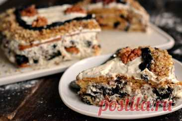 Торт без выпечки с черносливом и грецкими орехами Готовим очень вкусный торт-десерт, который не требует выпекания. Слои торта формируем с помощью обычного сахарного печенья, пропитываем их молоком и сметанным кремом. Для начинки берем мягкий чернослив и грецкие орехи — довольно популярное сочетание компонентов, которое встречается во многих блюдах. Торт готовится очень быстро, на пропитку также уходит не много времени. Он получается очень красивым, мягким, сытным и полезны...