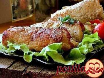 """Огурчики """"в шубке""""   Ингредиенты  -свинина филе 800 гр.  -огурец соленый 2 шт.  -соль  -перец  -растительное масло   Приготовление Мясо свинины режем тонкими пластинами.  Заворачиваем каждый кусочек в пленку и отбиваем.  Складываем в тарелку, солим, перчим.  Соленый огурец разрезать вдоль на 4 части.  На отбитое мясо выкладываем по брусочку огурчика.  Сворачиваем рулетом.  Обжариваем на сковороде с растительным маслом по 3-5 минут с каждой стороны, на среднем огне .  Выкла..."""