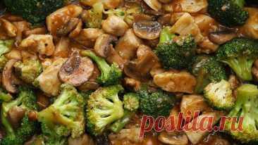 Курица в соусе с брокколи и грибами для ПП-ужина  Итого на 100 грамм 72 ккал Б/Ж/У 9.2 / 1.5 / 5.5  Ингредиенты: Куриное филе - 500 г (кубиками) Брокколи - 500 г Грибы - 250 г Соль, перец - по вкусу  Для соуса: Чеснок - 9 г Имбирь - 1 ст. л Соевый соус -  ст Вода - 1 ст Мука цельнозерновая - ¼ ст  Приготовление: В большую сковороду на среднем огне добавьте курицу, посолите и поперчите, потушите до готовности и золотистого цвета. Удалить приготовленную кури...