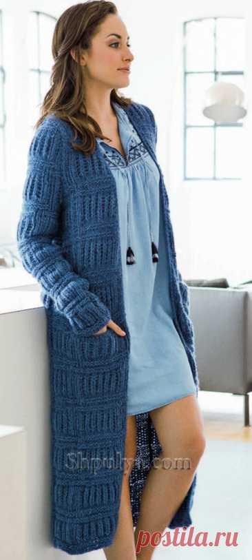 Пальто с поперечными полосами и патентным узором спицами