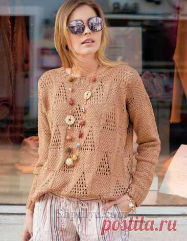 Свободный пуловер с ажурными треугольниками