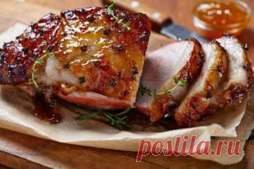 Мясо в духовке: мягкое, сочное и очень нежное. Ингредиенты:  1 кг мяса (любого);  2 ст. л. мëда;  1 ст. л. лимонного сока;  1 ст. л. сметаны;  свежая зелень;  соль, перец и другие специи по вкусу. Приготовление: 1. Нарежь мясо кусками средней величины и смешай с мелко порубленной зеленью. 2. Добавь выжатый лимонный сок и мëд. Посоли, поперчи и добавь другие специи по желанию. 3. Поставь в холодильник на 2-3 часа, чтобы мясо замариновалось. 4. По истечении этого времени достань