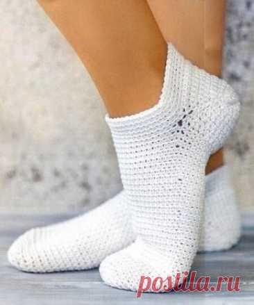 Хлопковые носки. Размер: 38-39 Вам потребуется: пряжа Novita Tennessee (100% мерсеризованный хлопок, 107 м/50 г) – 100 г белого цвета, крючок №3. Описание вязания носков Начинайте вязать носочек от мыска. Обмотайте нить вокруг пальца, в образовавшееся кольцо ввяжите 8 ст. б/н, отверстие затяните. Вяжите по спирали основным узором, захватывая петли за задние стенки и выполняя прибавления следующим образом: 1-й ряд – ввяжите в каждую петлю по 2 ст. = 16 ст. 2-й ряд – вяжите *3 ст., в с