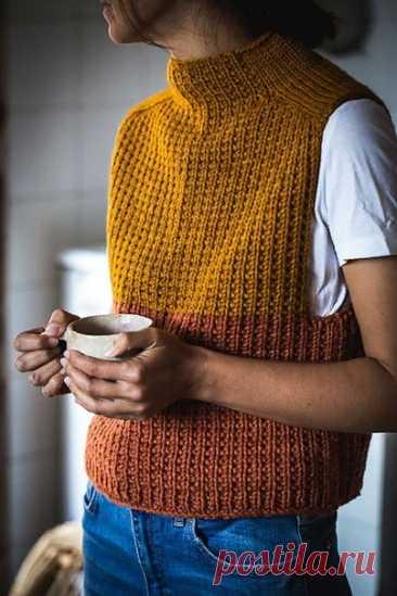 Timbo Vest от Gabriella Calderini Перевод Russa_N #мой_перев  Жилет вяжется сверху вниз ломаной резинкой, с деталью из лицевой глади на плечах.  Размер XS (S) M (L) XL Ширина груди (обхват) - 76см (84см) 92см (100см) 110см