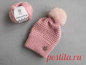 Красивая и простая вязаная шапка спицами...