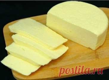 Домашний голландский сыр Продукты: - 3 л молока - 2 кг творога - 100 г масла - 1 яйцо - сода - соль Приготовление: Три литра свежего молока доводим почти до кипения. Кидаем туда приблизительно 2 кг творога, предварительно помяв его, для предотвращения комков и помешиваем. Потом делаем маленький огонь и томим, непрерывно помешивая, чтобы не пристало. На данном этапе важно не переварить, так как тогда сыр будет слишком твёрдым. Смотрим, когда сыр становится как бы резиноподобным, и образуется сы