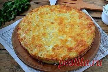Запеканка из тертого картофеля с сыром и чесноком. Вкуснятина, без добавки никто не уйдет! Ингредиенты: 6 средних картофелин 2 яйца 2 зубчика чеснока 3-4 ст. ложки майонеза 100 г сыра 1 ст. ложка сушеного укропа (или другой зелени, которая вам по душе) соль, перец – по вкусу *Все ингредиенты я обычно кладу «на глаз», и конечно же, большой строгости в пропорциях тут быть не может. Всё зависит от вкусов вашей семьи и может варьироваться. Сложность: низкая. Время приготовления: