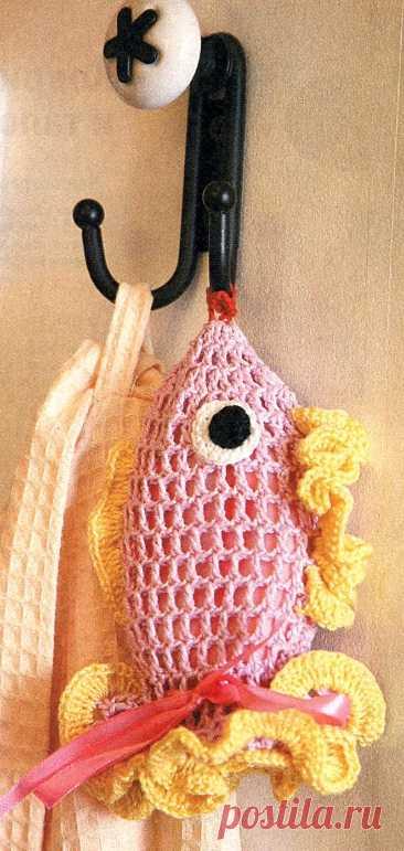 """Ванную комнату может украсить эта чехол-мочалка """"Рыбка"""" связанная крючком."""
