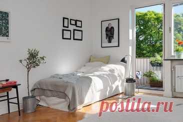 Кровать вдоль стены – 7 способов защитить покрытие стены от грязи и повреждений Проблемы обитателей малогабаритных квартир часто связаны не только с тем, как расставить мебель, чтобы ещё оставалось немного свободного пространства. Часто случается, что размеры комнаты не позволяют приобрести шикарную кровать с изголовьем, и покрытие стен за ложем со временем пачкается, теряет цвет и протирается.