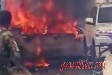 В столице Сомали произошел мощный взрыв. В столице Сомали Могадишо произошел мощный взрыв. Видео последствий публикует Telegram-канал IZ.RU. На кадрах видно, как после взрыва начался сильный пожар. На месте происшествия работают сотрудники полиции. В результате взрыва погибли семь военных, есть пострадавшие.