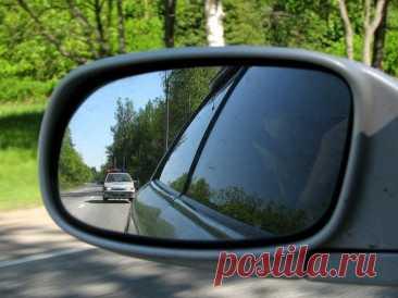 Как правильно вести себя водителю, если сзади едет автомобиль ДПС Сотрудники полиции являются такими же водителями, как и вы. Они выезжают на смену, двигаются к своему пункту, в конце концов, просто едут по дороге. В большинстве случаев у них нет цели вас преследова...