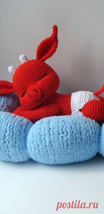 PDF Чертёнок на облаке крючком. FREE crochet pattern; Аmigurumi animal patterns. Амигуруми схемы и описания на русском. Вязаные игрушки и поделки своими руками #amimore - чёрт, чёртик, чертёнок, Хеллоуин.