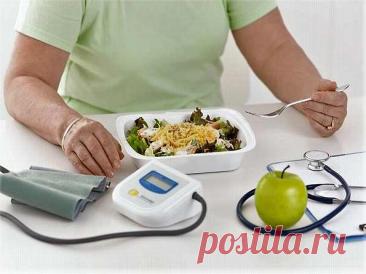 Что можно есть при повышенном давлении? При повышенном давлении рекомендуется диета с низким содержанием жира и холестерина, богатая злаками, фруктами и овощами. Замените животные жиры на растительные. Откажитесь от сливочного масла, сметаны, свинины, говядины, от газированных напитков и напитков, содержащих кофеин.  Медликбез: 10 продуктов, помогающих от гипертонии