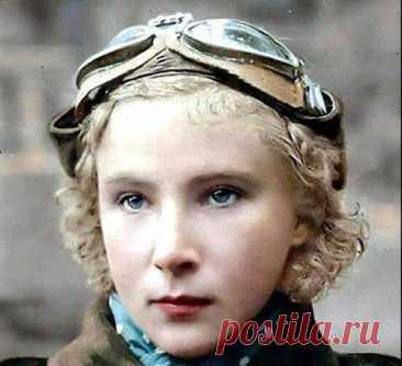 КРАСИВАЯ ДЕВОЧКА ЛИДА! Первым советским гражданином, попавшим в Книгу рекордов Гинесса была... девушка. Девушка, которую вы видите на фотографии. Правда, попала она туда - не за красоту глаз, хотя могла бы... И не за стильность образа. Когда она повязала этот синенький платочек на шею, Клаудия Шиффер еще не родилась… Девушка с украинской фамилией Лидия Литвяк попала в Книгу рекордов за то, что непостижимым образом выиграла одиннадцать воздушных дуэлей у асов Геринга и сбил...