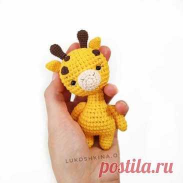 Маленький жираф крючком амигуруми Крошечный жираф, который с легкостью поместится даже в детской ладошке. Смотрите схему вязания жирафа амигуруми крючком на нашем сайте.