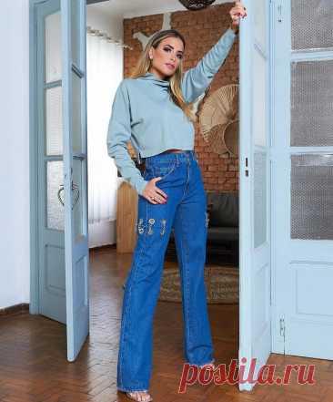 Джинсовый стиль весны: модные новинки из денима весна-лето 2021 В гардеробе любой современной модницы непременно найдется место для джинсов, джинсовой курточки или топа. Имея в своем арсенале всего парочку стильных новинок, можно составить расслабленный кэжуал образ, романтический и даже деловой look. Итак, какой будет джинсовая мода нового сезона весна-лето 2021? Давайте узнаем. Цепи на джинсах... Читай дальше на сайте. Жми подробнее ➡