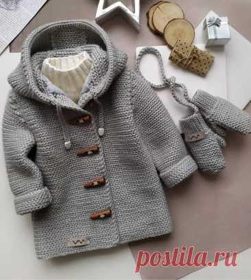 Детские курточки для вдохновения Эти пальтишки для малышей связаны: одни - крючком, другие - спицами. Важна сама идея - маленькое пальто-курточка как у папы (мамы). тепло, уютно, модно, современно.