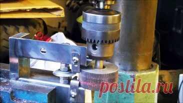 Как сделать приспособление на сверлильный станок для быстрого снятия изоляции с проводов Обрезки проводов можно зачистить от изоляции и сдать медные жилы в металлолом. На специальном электрическом стриппере это делается очень быстро. Его можно сделать в виде приставки на сверлильный станок.Материалы:стальной ролик с насечками;сломанное сверло или пруток;любые обрезки труб или