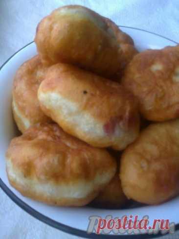"""Пирожки жареные, как в школе - 9 пошаговых фото в рецепте Многие помнят школьные пирожки: мягкие, воздушные, с хрустящей нежной корочкой. Очень вкусные! Иногда так хочется съесть такой вкусный пирожок и вспомнить детство. И вот такой рецептик нашла в Интернете под названием пирожки """"деревенские"""". Когда приготовила, то оказалось, что по вкусу это те ..."""