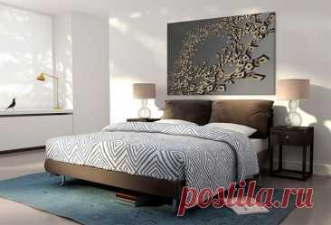 Что повесить над кроватью – 7 советов по выбору картины в спальню Спальня – место, в котором человек расслабляется и отдыхает после тяжелого трудового дня. Интерьеру этой комнаты стоит уделить особое внимание, ведь она должна быть уютной и гармоничной.