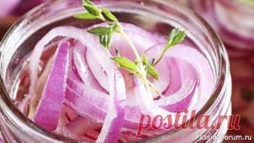 Как приготовить маринованный лук к шашлыку, салатам и селедке Маринованный лук - очень простой и быстрый рецепт. Такой лук идеально подходит к шашлыку, салатам и селедке.СМОТРИТЕ ТАКЖЕ: ▶ Рецепты шашлыка ▶ Овощные блюда ▶ Салаты рецепты Ингредиенты: Лук красный - 1 шт. Лук белый - 1 шт. Укроп, петрушка - 1/2 пучка Соль - 1 щепотка Сахар - 1 ст.л...