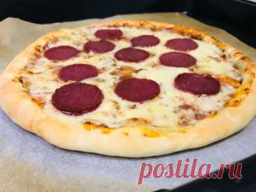 Шикарное тесто для пиццы + бонус — рецепт домашеней пиццы «Пепперони». Тонкое и мягкое тесто, сочная и ароматная начинка, простой рецепт — это настоящая находка для тех, кто любит домашнюю пиццу. Рецепт теста универсальный, подходит для пиццы с любой начинкой. Основу для пиццы, смазанную соусом впекаем 4 минуты при температуре 240 градусов, режим верх/них. После этого ее можно остудить, выложить начинку и заморозить в морозильной камере. […] Читай дальше на сайте. Жми подробнее ➡