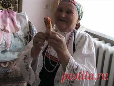 Бабушка шьет куклу