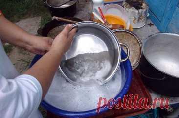 Ложки и кастрюли блестят и сияют как новые  Хотя бы раз в полгода необходимо вычистить всю посуду в доме, которой пользуешься повседневно - кастрюли, крышки, вилки-ложки. Как её ни мыть, всё равно накапливается грязь в недоступных местах.  Берем большой таз или кастрюлю, высыпаем в него кальцинированную соду (примерно на 5 литров воды пол-стакана соды). Кипятим в этом растворе посуду минут 10. Слегка остудив, протираем губкой, ополаскиваем - грязь сходит прямо на глазах.  ...
