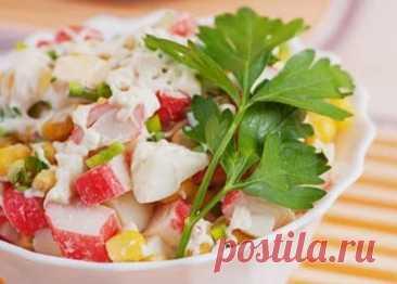 Крабовый Салат с Курицей и Кукурузой Очень Сытный Крабовый салат с курицей и кукурузой - очень вкусный и сытный салат. Курица придает салату сытность, а кукуруза сладость. Обязательно попробуйте.