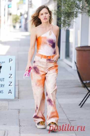 Модель Джорджия Мэй Джаггер выбрала асимметричный топ, джинсы с принтом тай-дай и массивные босоножки из коллекции H&M Colour Story для прогулки по Лос-Анджелесу. Как вам образ модели? #HMMood #HMInnovation