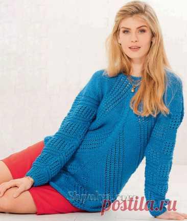 Синий пуловер в полосами, связанными в разных направлениях