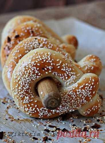 Египетский хлеб Ка'кат вкусные,воздушные,ароматные 550 г муки 15 г свежих дрожжей 2 ст.л сахара 350 мл воды 50 г мягкого сливочного масла 2 ч.л соли 1 ч.л специи махлеб(Mahleb) 1 желток+ 2 ч.л воды кунжут Приготовление: В чашу миксера просеять муку,добавить дрожжи, сахар,специю и постепенно влить воду замешивая тесто на…