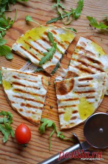 Кесадилья — лепёшка с сыром и зеленью • домашний рецепт. С фото! Добавить рецепт в избранное!Кесадилья — блюдо мексиканской кухни— это две лепёшки, прослоенные тертым сыром и начиненные начинкой, обжаренные на сковороде и разрезанные на несколько частей. Это блюдо очень легко приготовить …