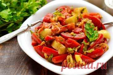 Закуска с жареным луком, помидорами и перцем