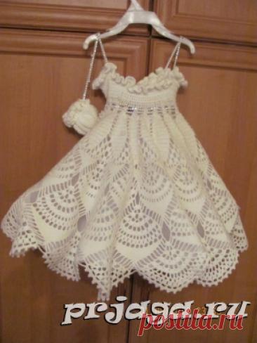 El vestido y el sarafán para las muchachas por los rayos o el gancho