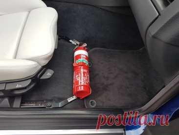 Где должен находиться огнетушитель в легковом автомобиле по ПДД