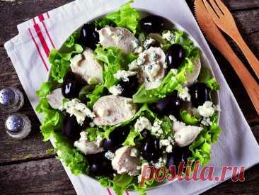 Салат из винограда с курицей и голубым сыром Еще один салат для девочек... Салат из винограда с курицей и голубым сыром здорово впишется в меню на 8 марта, и для девичника подойдёт.