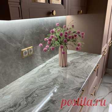 Пыльно-розовая кухня с золотой фурнитурой.