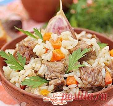 Плов с говядиной на сковороде   Ингредиенты:  Говядина - 250 г Рис - 200 г Лук репчатый - 1 шт. Морковь - 1 шт. Масло растительное - 2 ст.л. Чеснок - по вкусу Соль, специи - по вкусу