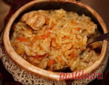 """""""Куриный плов в горшочках"""" Ингредиенты: - 1 куриный окорочок - 1 морковь - 1 головка репчатого лука - 6 ст.л. риса - соль по вкусу - масло растительное - приправа для курицы Приготовление: 1. Окорочок помыть, разрезать на кусочки, натереть специями для курицы. В сковороду налить растительное масло, выложить окорочка, поставить на огонь тушиться. 2. Морковь натереть на крупной терке и добавить к окорочкам. Репчатый лук мелко порезать и высыпать в сковороду. Тушить до готовности. 3. Взять три го"""