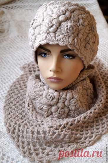 Очаровательные вязаные шапочки с вышивкой | razpetelka.ru