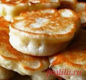 Пышные оладушки на дрожжах Ингредиенты: 500 гр. муки 20 гр. свежих дрожжей или 2 ч. л. сухих дрожжей 2 стакана теплого молока (я беру 450 мл примерно) 2 средних яйца 1 пачка ванильного сахара 2 ст. л. сахара 1/2 ч. л. соли 2 ст. л. растительного масло в тесто масло для жарки Приготовление: В теплом молоке разводим дрожжи, добавляем сахар, 1 стакан муки и оставляем на пол часа. Тесто поднимется шапкой за это время. Яйца взбить ненмого венчиком. Добавить в опару яйца, оставшуюся муку