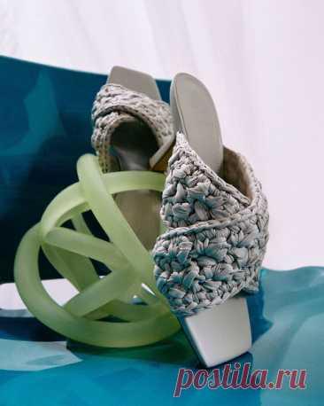 Яркие аксессуары сделают даже простой образ — необычным. ✨Мы уже подготовили для вас самые модные модели обуви на лето. Ищите на нашем сайте: #HM
