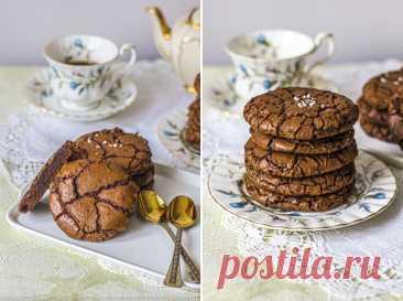 Шоколадное печенье- брауни/ Chocolate Brownie Cookies Волшебное, изумительное на вкус печенье. Как только вы попробуете его, вы не сможете его забыть. Мягкая, насыщенная шоколадом текстура,красивые и интересное на вид : все в трещинках и блестящиие. А еще если посыпать хлопьями морской соли для баланса вкуса,то  перед ними невозможно устоять!…