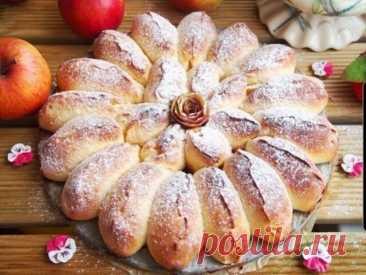 Отрывной яблочный пирог. Отрывной яблочный пирог получается очень ароматный, красивый, нежный и вкусный. А также обязательно порадует родных и близких! Ингредиенты: Тесто: Молоко — 150 мл. Дрожжи быстрорастворимые — 1,5 ч.л. Яйцо — 1 шт. Сметана — 1 ст.л. Сахар — 1,5 ст.л. Соль — 1/2 ч.л. Масло сливочное — 50 гр. Мука — 370 гр. Начинка: Яблоки — 3 шт. (небольшие) Сахар тростниковый — 40 гр. Корица — ½ ч.л. Растительное масло — для смазки формы Приготовление: 1. В теплом м...