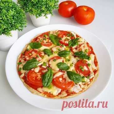 ПП-пицца на сковороде за 5 минут   Ингредиенты:  Для основы:  Мука ржаная — 30 г Кефир — 30 г Яйцо С0 — 1 шт. Соль — 1 щепотка Разрыхлитель — 0,5 ч. л.  Для начинки:  Вареная куриная грудка — 80 г Сыр — 40 г Помидор — 1 шт. Зелень — по вкусу  Для соуса:  Томатная паста — 30г Йогурт натуральный — 30 г  Приготовление:  1. Ингредиенты для основы соединяем и тщательно перемешиваем. Тесто должно получиться примерно как на оладьи. 2. Смазываем сковороду маслом при необходимости....