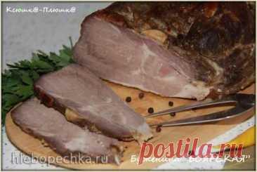 Буженина «Боярская» в аэрогриле Brand 35128 Свинину (жирность выбирайте по вкусу) помыть и тщательно обсушить бумажными полотенцами. Специи, часть чеснока, перца чили и лаврового листа измельчить в ступке и смешать с солью. Натереть мясо этой смесью и обмазать сметаной (или кефиром). Мариновать мясо в холоде сутки, поместив в подходящую посуд